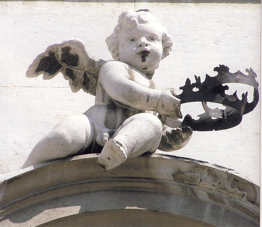 Angioletto con corona ferrea, XVIII sec, pietra di Botticino, Brescia, facciata della Chiesa di San Faustino, cimasa del portale