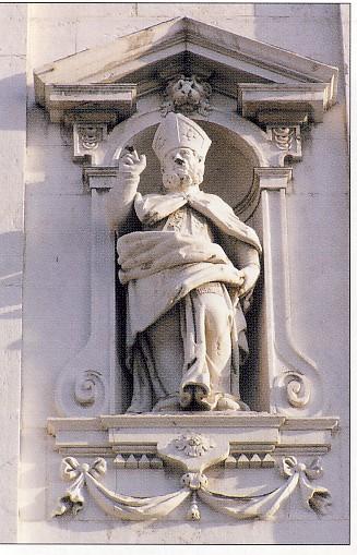 Ritratto di Vescovo, sec. XVIII, pietra di botticino, Brescia, facciata della Chiesa di San Faustino e Giovita, nicchia ordine superiore
