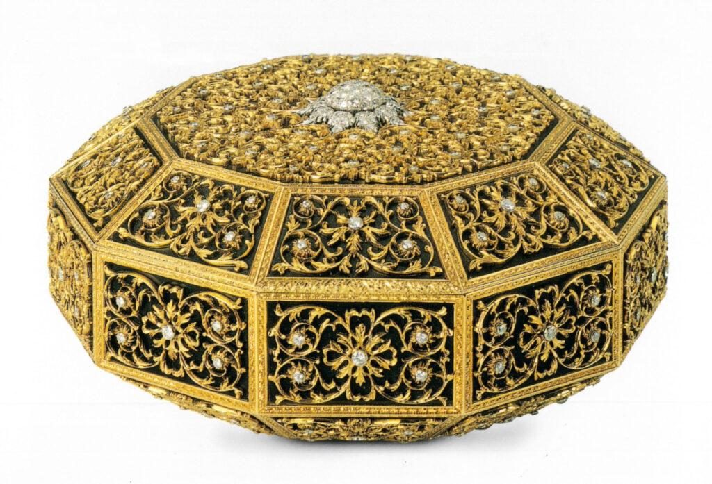 Mario Buccellati, 1929 Tiara sforata a tulle in argento platinato e foderato in oro giallo, incassato con brillanti e diamanti taglio rosa