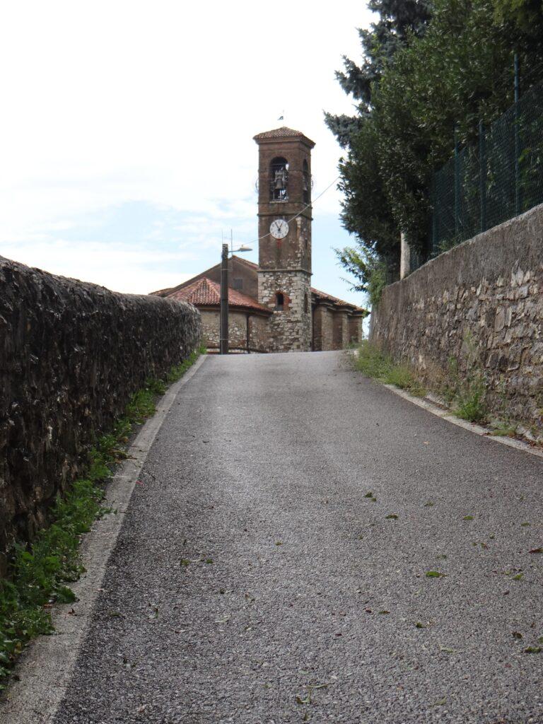 Lachiesa parrocchiale di Ronco sorge nei pressi dell'antico tracciato della strada romana