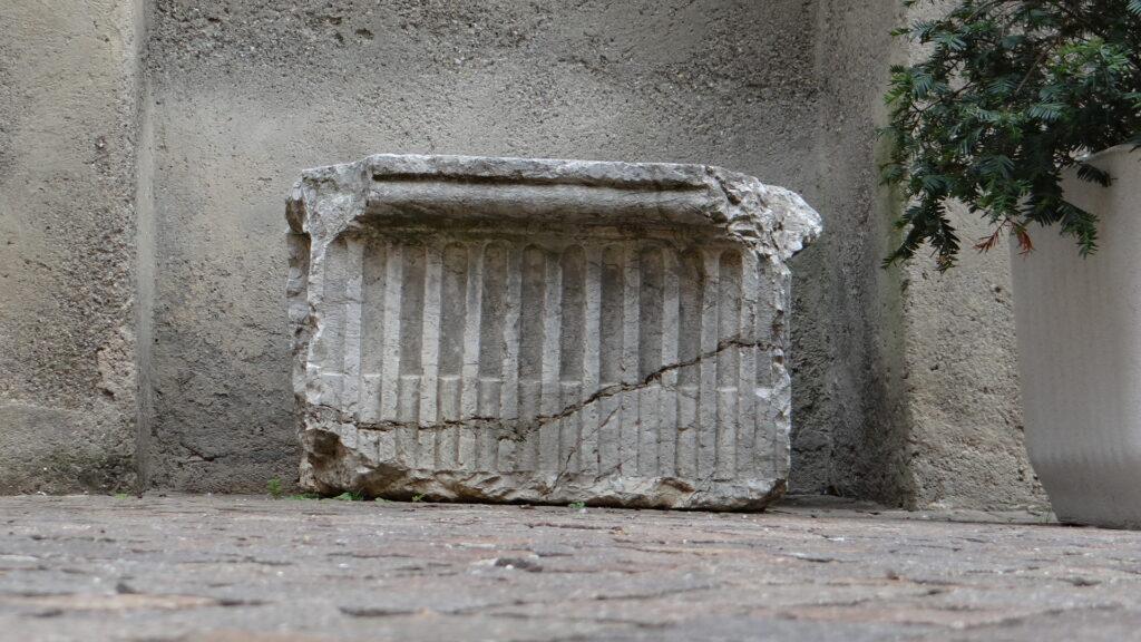 Uno dei due capitelli romani, ora collocati davanti alla chiesa di San Zenone, a Ronco