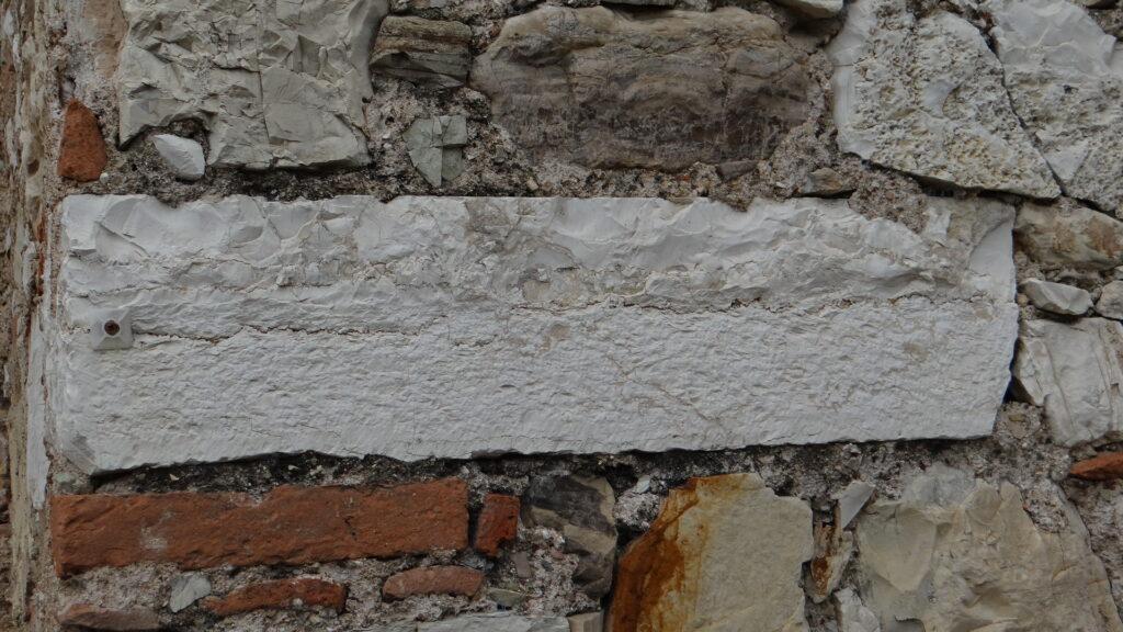 Elemento lapideo antico nella muratura della chiesa parrocchiale di Ronco