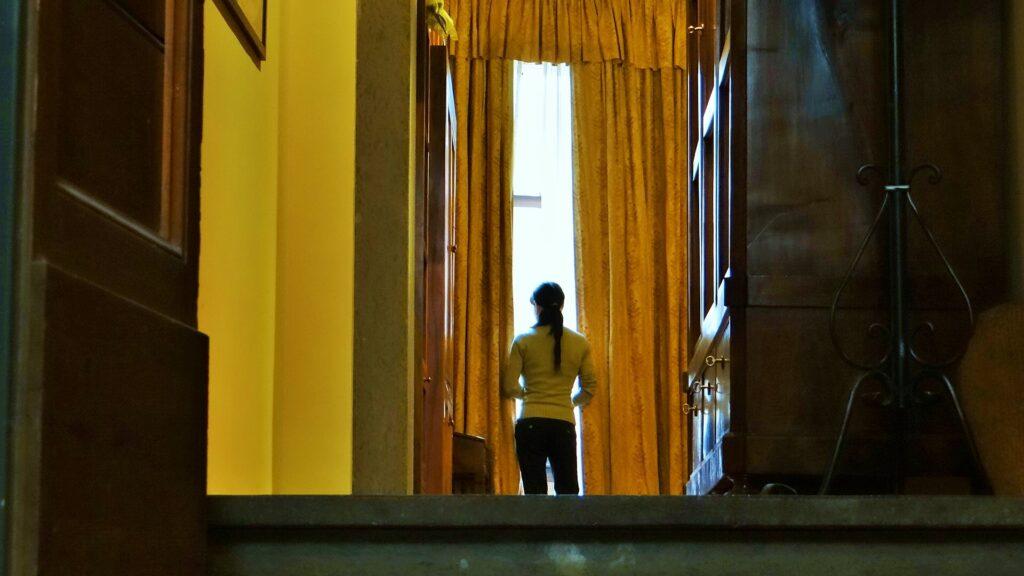 L'ingresso dell'appartamento, in un antico edificio di Roma, in via del Babuino, accanto a piazza Navona