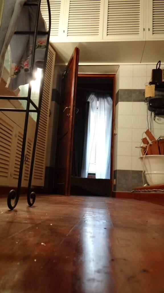La stanza da bagno e l'armadio minimalista, collocato a sbalzo sull'ambiente