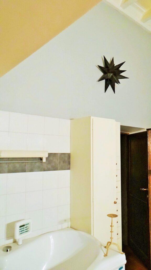Un  altro angolo della spaziosa sala da bagno, sormontata un da soffitto di legno e da un capiente armadio