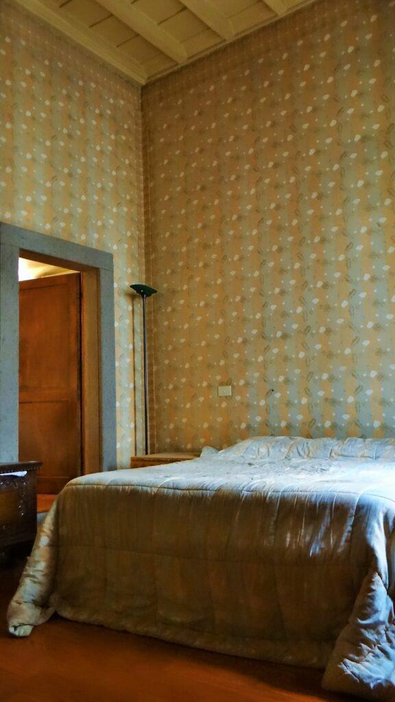 L'interno della camera da letto che prende luce dalla terza finestra su via del Babuino. A sinistra la porta che dà accesso direttamente all'ampio bagno