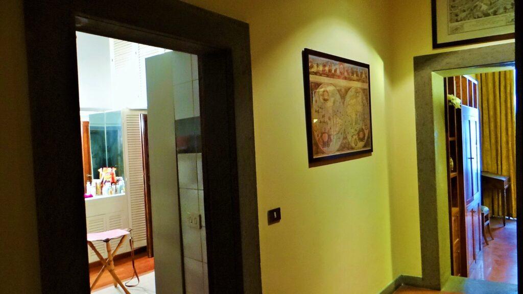 L'atrio e la  seconda porta d'accesso al bagno. Lo spazio di disibrigo, porta, a destra, alla cucina abitabile