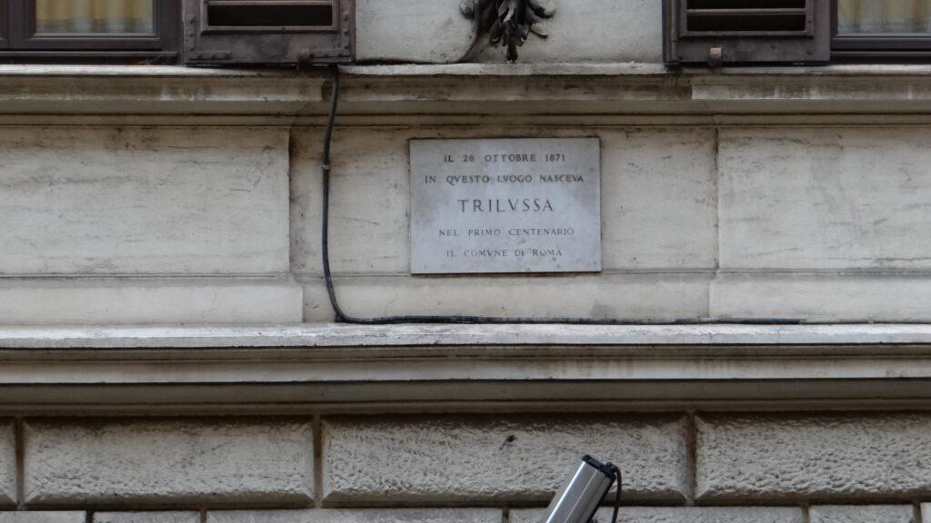 Di fronte all'appartamento una targa ricorda il noto poeta romano