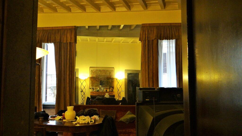 Visione centrale della sala, con le due finestre