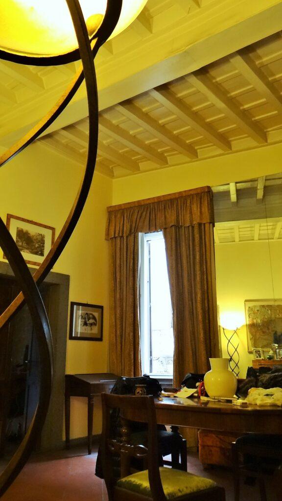 Un angolo della sala e il soffitto ligneo dell'abitazione, colorato di bianco panna
