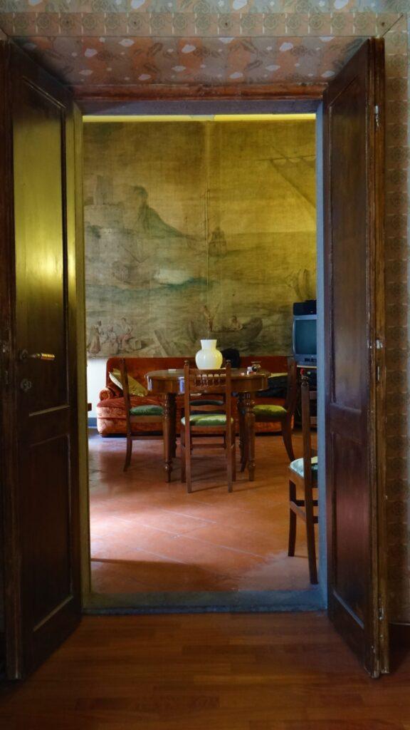 La sala vista dalla camera da letto rivela l'antichità e l'elerganza del nobile appartamento nel cuore della zona più preziosa di Roma
