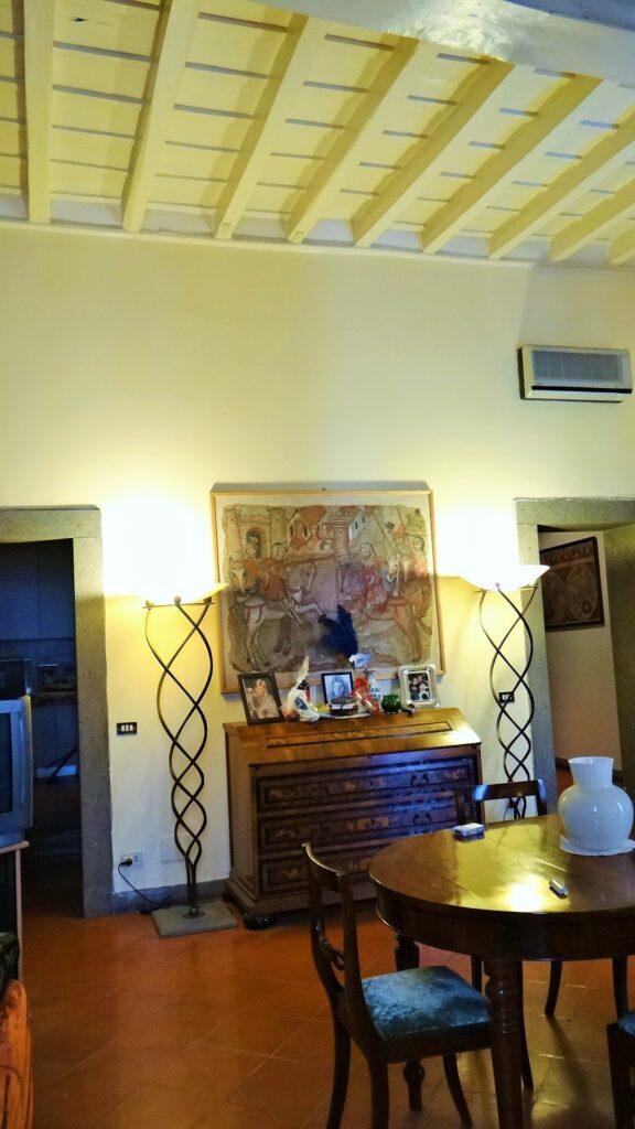 La quarta perete e il soffitto della sala.Alla nostra sinistra, la porta della cucina, a destra quella dell'atrio