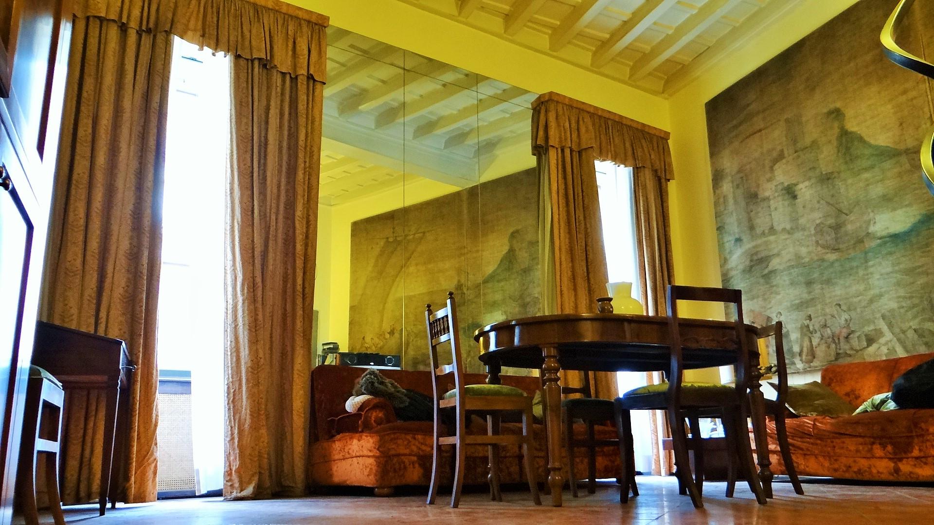 La sala nella quale erompe la luce da due ampie finestre che s'affacciano sull'ampia e luminosa via del Babuino. Le due aperture creano una simmetria rinascimentale degli spazi e conferiscono notevole importanza alla stanza