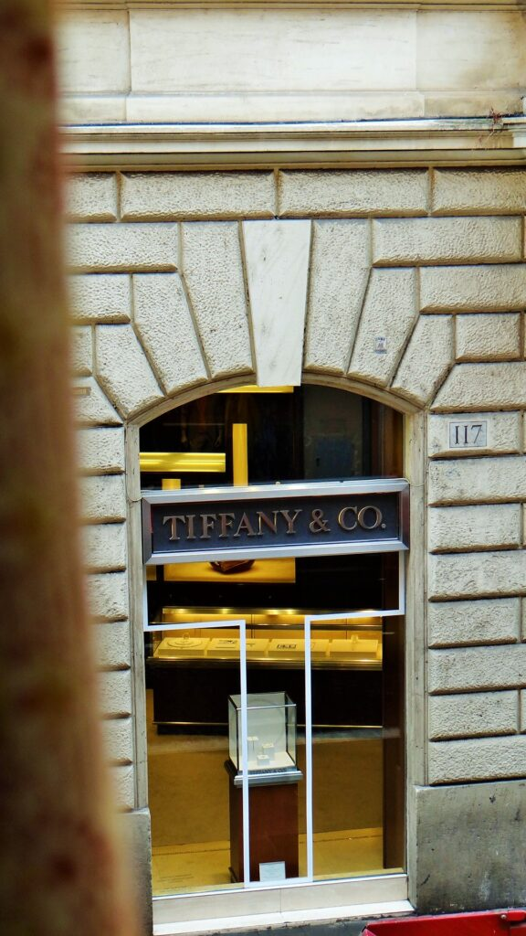 La seconda finestra della sala dà sempre su via del Babuino e incornicia negozi prestigiosi