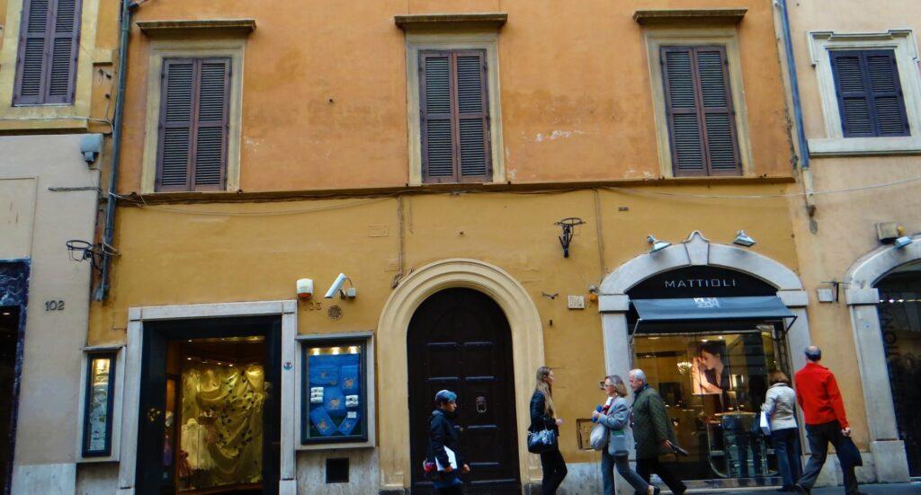 L'antico edificio di via del Babuino, nel centro di Roma. Le tre persiane chiuse, al primo piano corrispondono a due finestre della sala e alla finestra della camera matrimoniale dell'appartamento esaminato