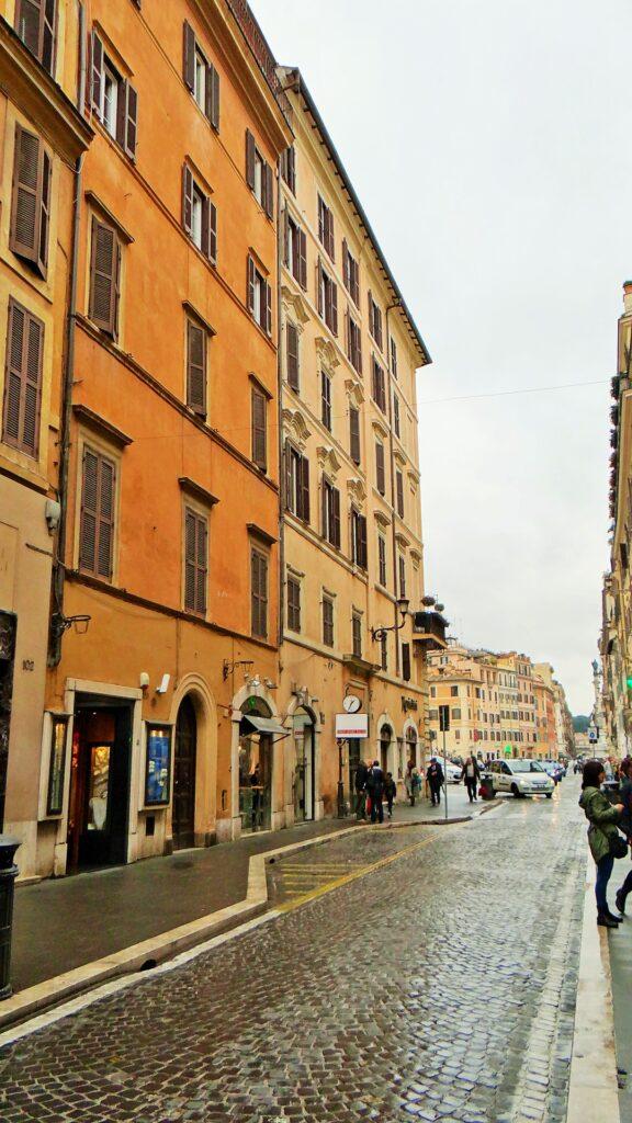 A sinistra l'edificio, che si trova nella parte finale di via del Babuino, nel punto in cui l'elegante strada sbocca in piazza di Spagna