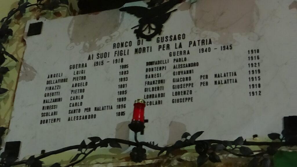 Lapide dei Caduti nella piazza di Ronco di Gussago