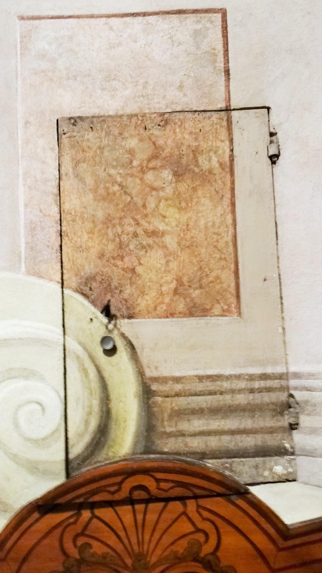 Il vano del parlatorio e quello della Ruota venivano poi chiusi da un piccola porta, che veniva resa poco evidente grazie all'estensione delle decorazioni, che la rendevano simile al muro