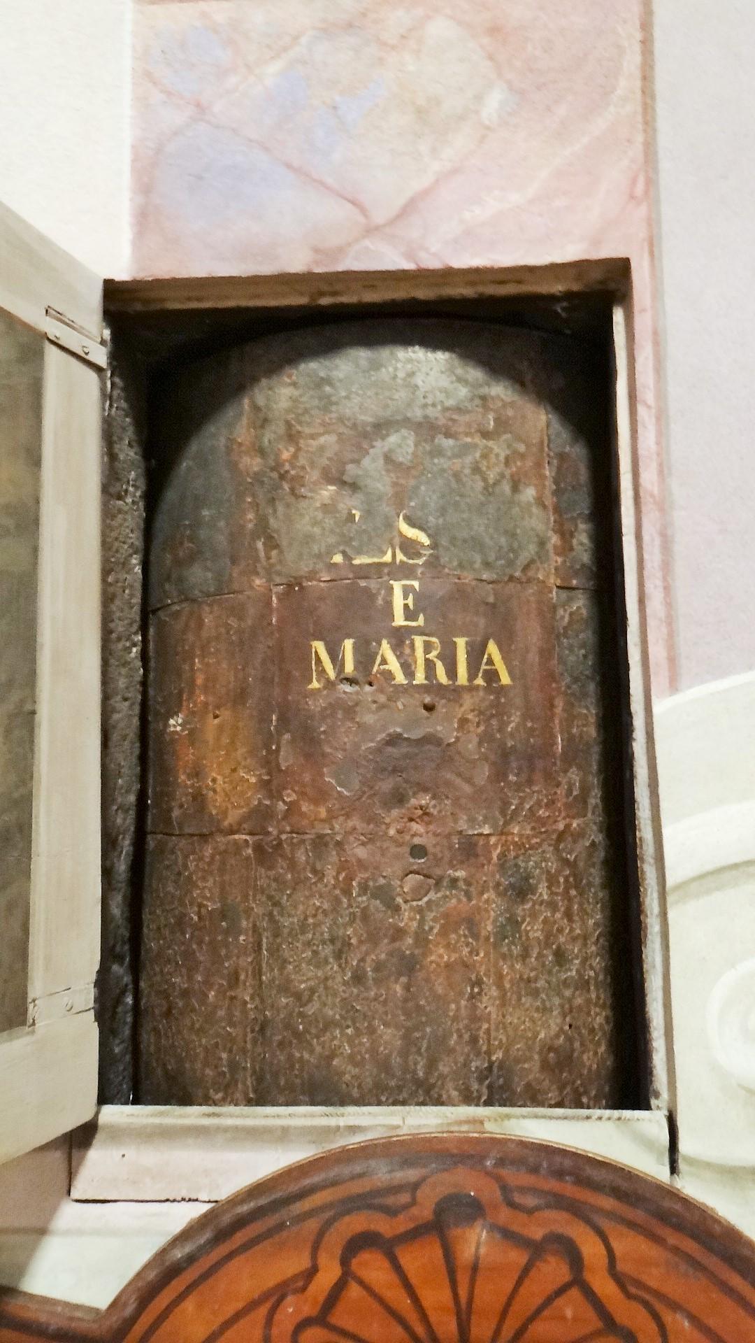 La cosiddetta ruota della Carità o Ruota degli esposti occupa un vano nel muro. Il manufatto che vediamo è realizzato in legno e cuoio e risale a un'epoca compresa tra Seicento e Settecento. Si trova nella Chiesa di Santa Maria della Carità, a Brescia.