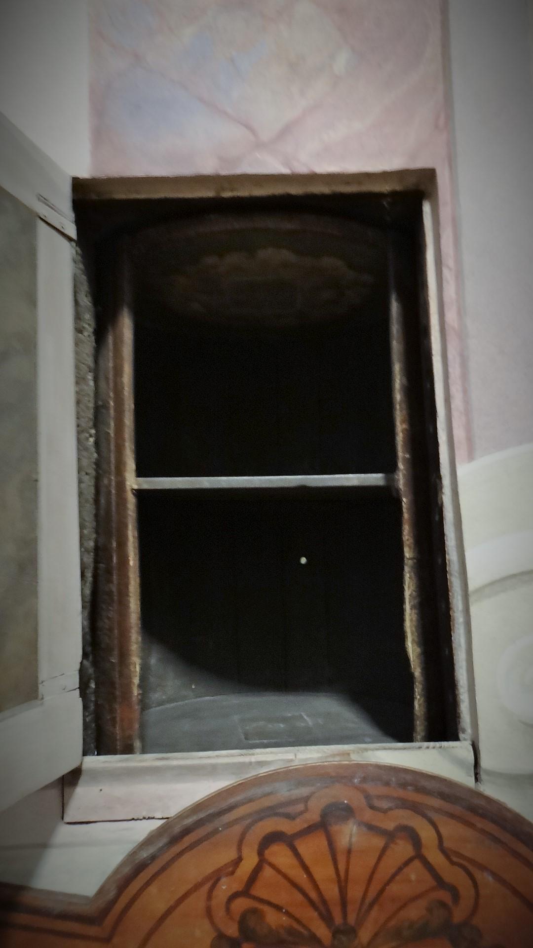 Lo stesso vano nel muro,dopo che il bussolotto è stato fatto girare verso la chiesa, da uno spazio riservato al quale avevano accesso le monache. Un piccolo spioncino tondo consentiva alle monache di vedere chi stava all'esterno. Potevano così caricare generi di prima necessità o abiti, che venivano ritirati dai poveri, quando il bussolotto, fatto girare presentava la parte cava in direzione della chiesa. La ruota poteva essere utilizzata per consegnare neonati alle cure della monache perché la parte cava poteva essere girata verso la chiesa, con una semplice rotazione impressa dalle mani. E lo spazio interno risulta abbastanza ampio