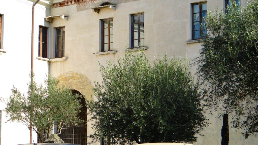 La forestera del covento e l'accesso a uno dei tre chiostri del convento. Nei pressi del portale, il refettorio dipinto da Romanino