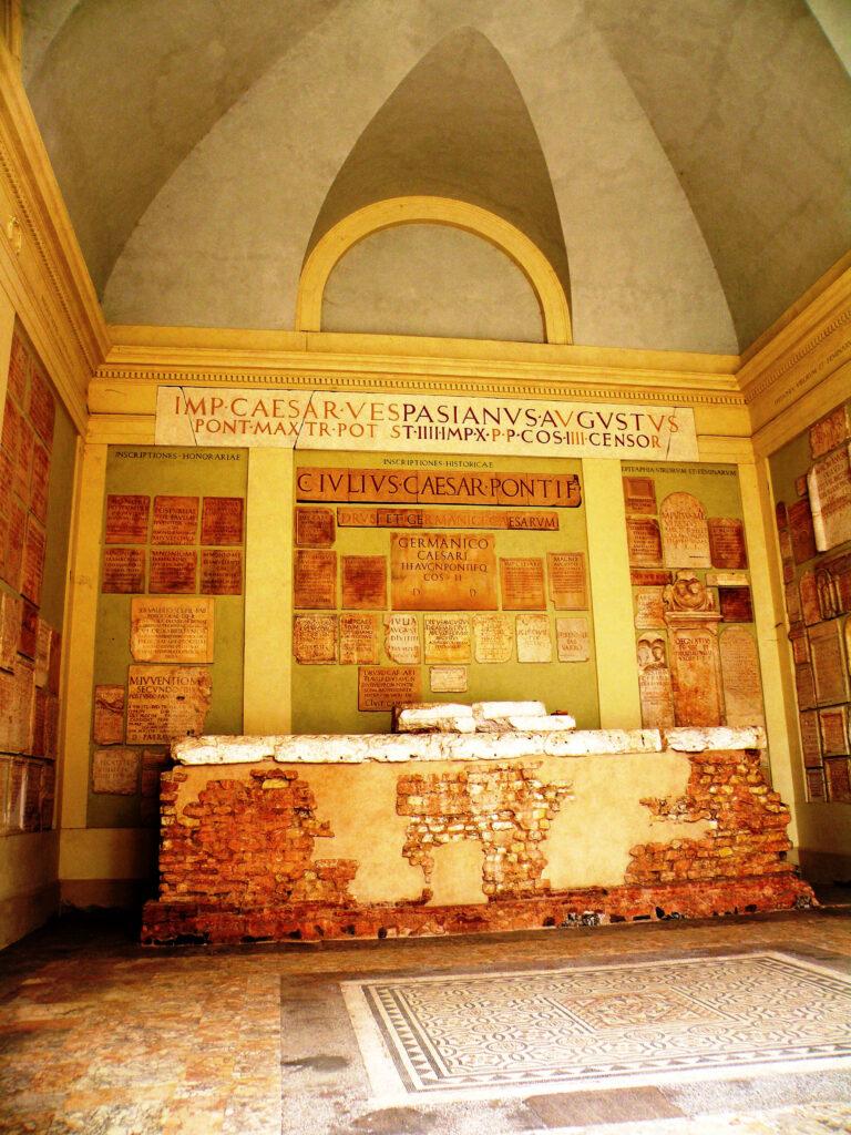 Tempio capitolino, Brescia, cella centrale o Cella di Giove. Qui, alla destra di chi guarda venne murata nel XIX secolo la lapide dedicata a Sesto Valerio Poblicola, trovata in un canale di Ronco di Gussago