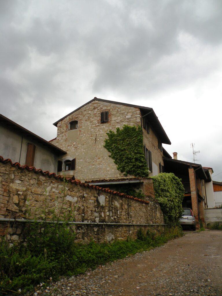 Sulla linea della strada romana sarebbe sorto il castello di Ronco, oggi trasformato in abitazione