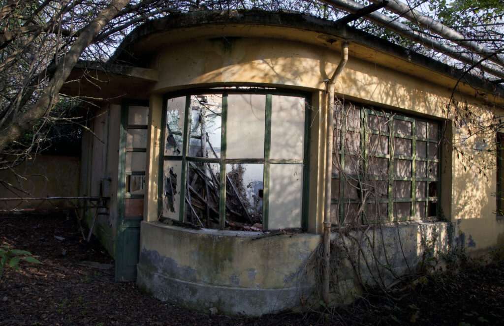 spilamberto edificio curvo vetrate