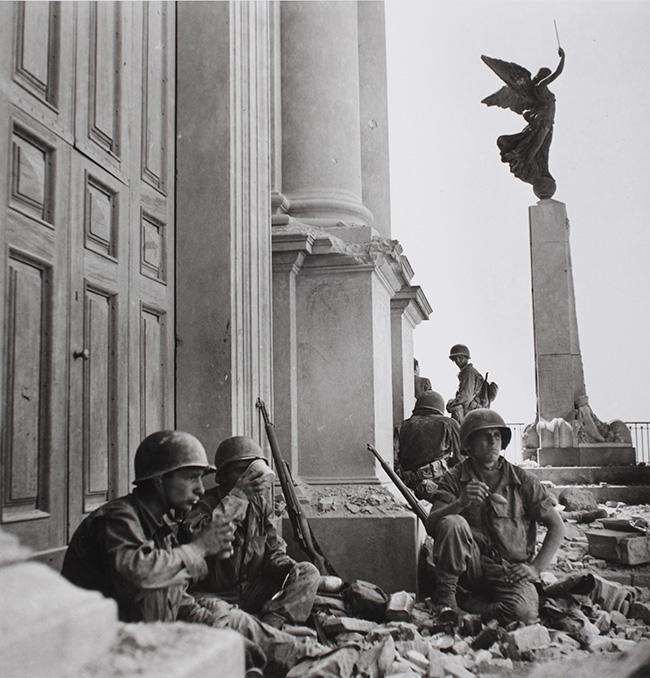 Soldati americani a Troina, nei pressi della cattedrale di Maria Santissima Assunta, dopo il 6 agosto 1943 -  Photograph by Robert Capa © International Center of Photography/Magnum - Collection of the Hungarian National Museum