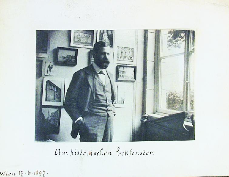 fig.1: Freud fotografato all'interno della sua casa di Vienna, 1897