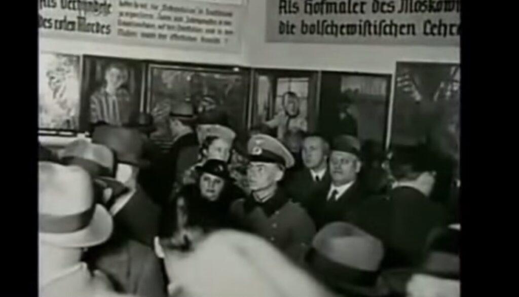 Una delle sale della mostra sull'Arte degenerata, a Monaco, nel 1937