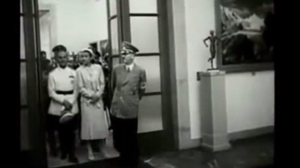 Hitler in visita al museo d'arte tedesca. Qui vennero raccolte le opere figurative di taglio classico, mentre, contemporaneamente, nella mostra dellArte degenerata venivano indicati gli esempi negativi del modernismo