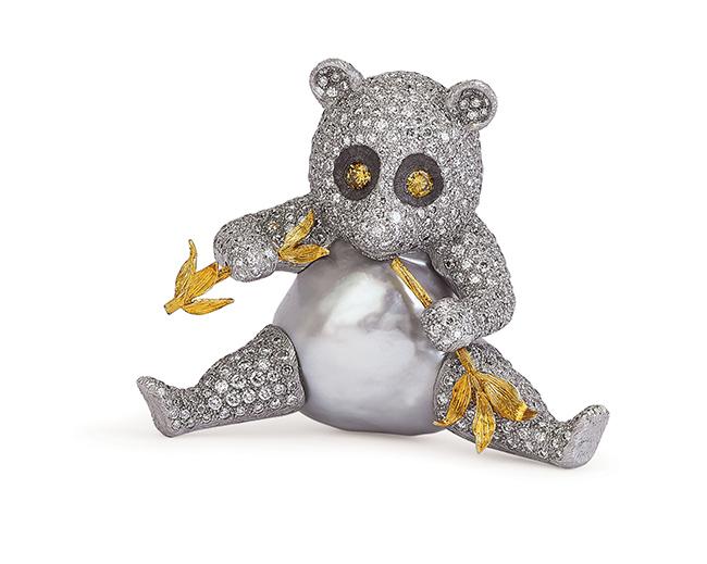 Gianmaria Buccellati, 2001 Spilla Panda con corpo formato da grande perla barocca , prevalentemente in oro bianco, incassato in brillanti, con germoglio di bambu' tra le zampe, in oro giallo inciso. Diamanti fancy