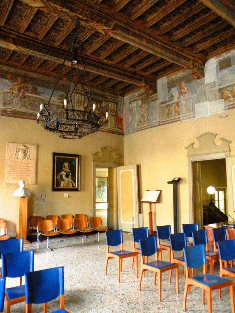 Il salone dal Palazzo Sforza Colonna, a Caravaggio, oggi sede municipale. In queste stanze visse Costanza, la protettrice del pittore, che aveva sedici anni più di lui. I legami tra la famiglia materna di Caravaggio e la famiglia Sforza erano molto stretti e intensi.