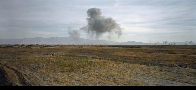 Luc Delahaye: US Bombing on Taliban Positions, 2001, 112 cm x 238 cm. Courtesy Galerie Nathalie Obadia