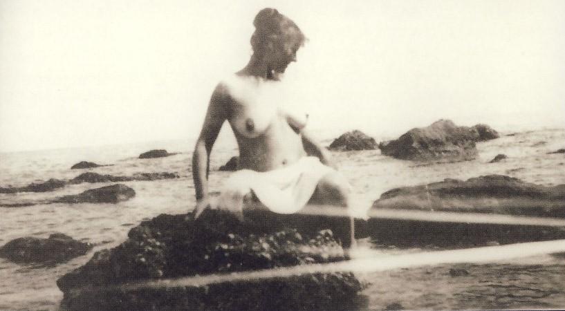 Annunziata, la moglie di Michetti, fotografata al mare dall'artista. Un topless che risale al 1892. Il pittore fu un grande appassionato di fotografia, che utilizzò in alcuni casi per accostarsi alla produzione di quadri