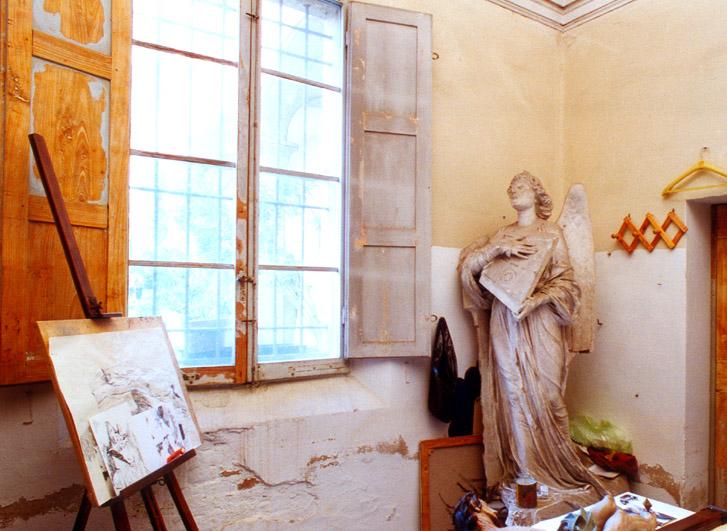 Veduta di uno degli studi del Collegio Venturoli. Nell'angolo il modello dell'angelo della tomba Borghi Mamo della Certosa bolognese, di Enrico Barberi (1850 - 1941)