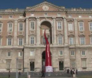 Il corno dello scultore Lello Esposito che era stato collocato davanti alla Reggia di Caserta