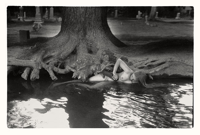 Francesca Woodman, Untitled, Boulder, Colorado, 1972–1975/1999 Schwarz-Weiß-Silbergelatineabzug auf Barytpapier/ Black-and-white gelatin silver print on barite paper © Courtesy George and Betty Woodman, New York / SAMMLUNG
