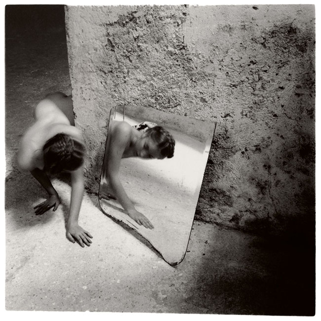 Francesca Woodman, Self-deceit #1, Rome, Italy, 1978/1979 Schwarz-Weiß-Silbergelatineabzug auf Barytpapier/ Black-and-white gelatin silver print on barite paper © Courtesy George and Betty Woodman, New York / SAMMLUNG