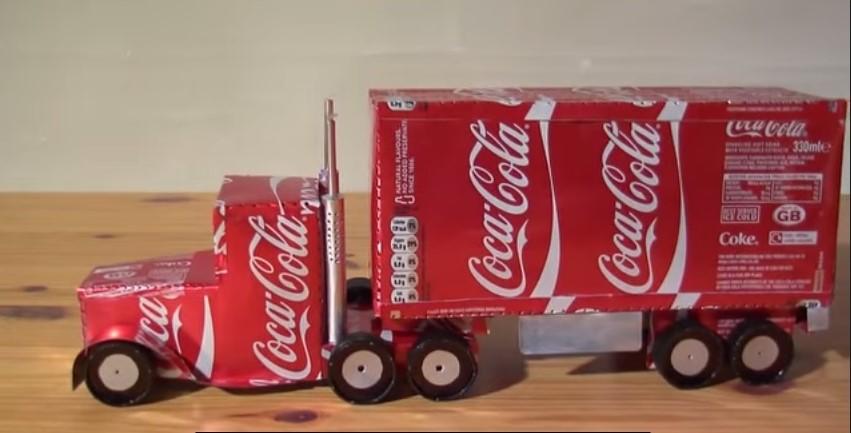 Lattine di Coca Cola riciclate e trasformate in uno splendido camion