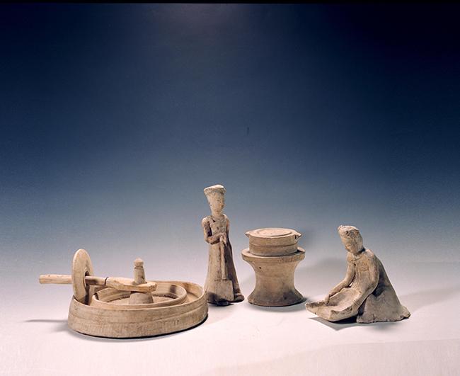 Statuette in ceramica bianca di persone che lavorano il cibo Dinastia Tang (618 – 907 d.C.) Rinvenute nel 1959 nelle tombe Zhangsheng a Anyang (Henan) più alta 23 cm, più bassa 14 cm Museo Provinciale dello Henan