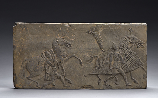 Lastra con cavallo da guerra e guerrieri Dinastie Meridionali (420 – 589 d.C) Rinvenuta nel 1958 nel villaggio di Xuezhuang, Zhengzhou (Henan) lunghezza 38 cm, larghezza 19 cm, profondità 6 cm Museo Provinciale dello Henan