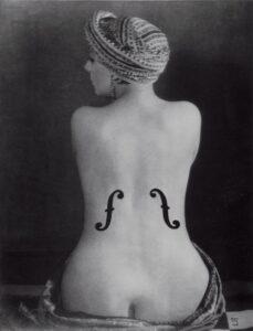Kiki de Montparnasse nella celeberrima fotografia di Man Ray, Le violon d'Ingres
