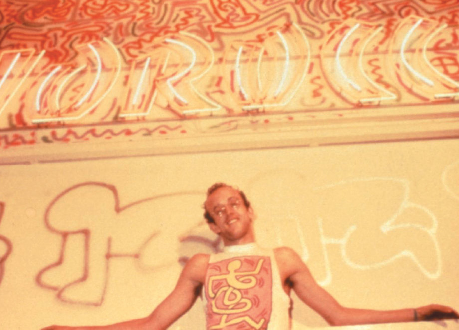 Keith Haring in una pausa durante la sua performance milanese del 1984