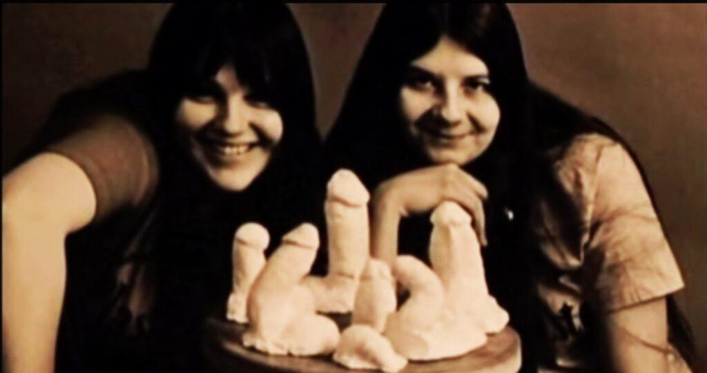 La scultrice giovanissima e un'amica davanti ai calchi dei peni dei mosicisti
