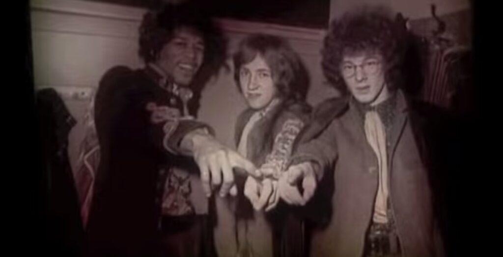 A sinistra: Jimi Hendrix, il primo musicista che accettò di farsi fare il calco del pene. Con lui, la scultrice ebbe una relazione