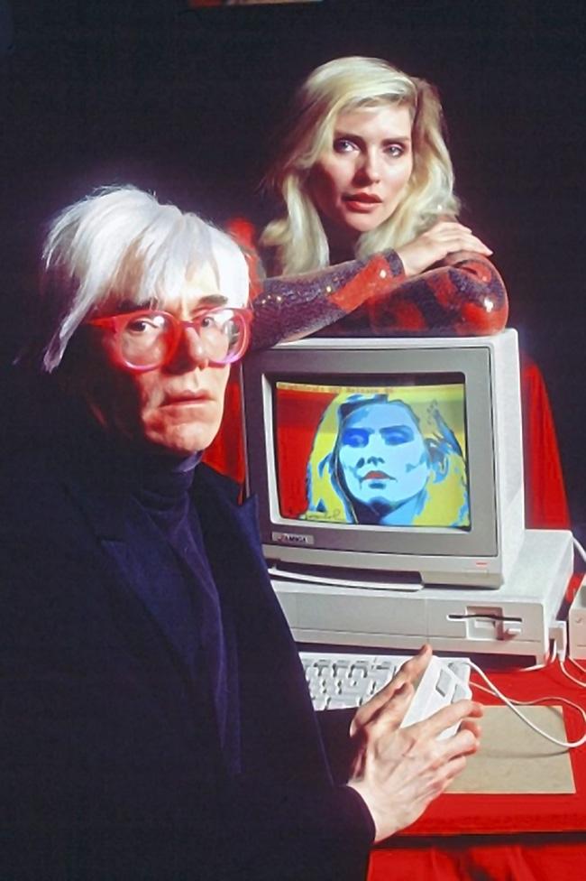 Andy Warhol Presentazione Amiga 1000, 1985, Andy Warhol e Debbie Harry - See more at: http://www.irmabianchi.it/mostra/warhol-inedito-le-prime-sperimentazioni-digitali-con-amiga#sthash.7hTdmull.dpuf