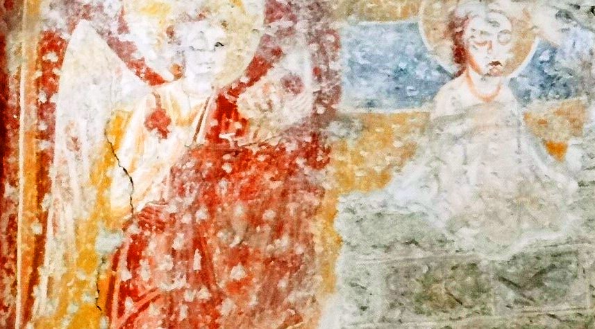 Un antico lacerto d'affresco che presenta le scalfitture necessarie alla nuova intonacatura del muro. Ogni cavità permetteva al nuovo intonaco di aggrapparsi e di coprire il vecchio muro affrescato. L'opera che qui vediamo è un'Annunciazione, recuperata durante i lavori di restauro nella Rotonda del Santuario della Madonna di Valverde, a Rezzato, in provincia di Brescia. Il lavoro è riemerso dopo la rimozione dello strato di intonaco che lo copriva