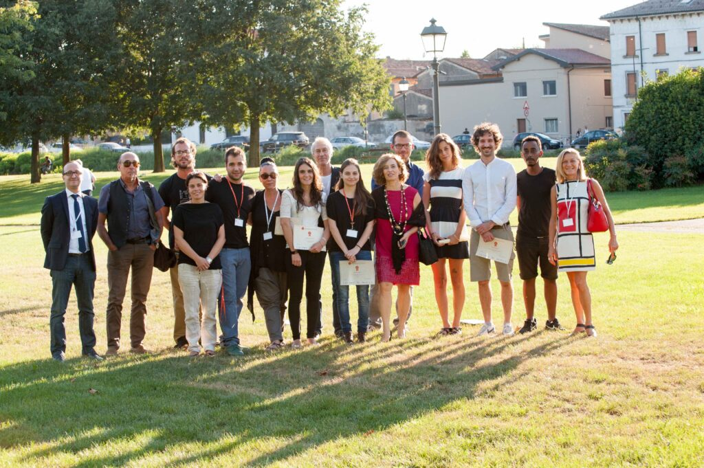 Foto di gruppo con alcuni vincitori del Premio Nocivellli 2015 e i docenti universitari o delle accademie nazionali che sono stati chiamati a comporre la giuria